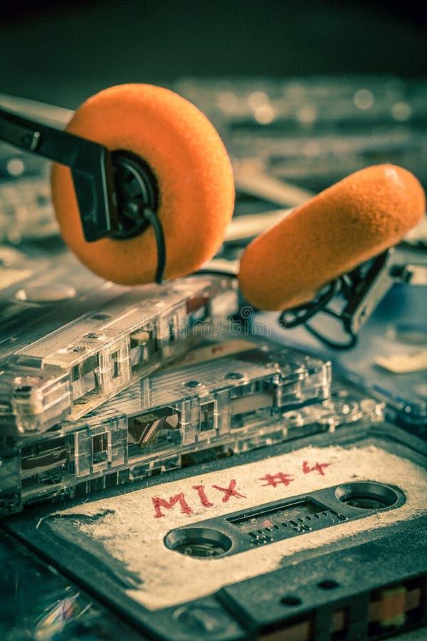 堆与红色耳机的老盒式磁带 库存图片