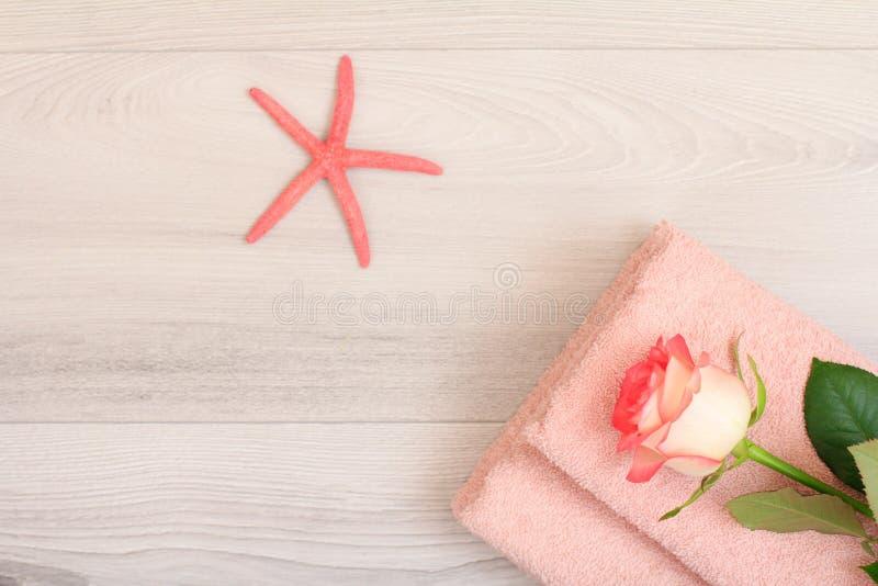 堆与花和海星的软的特里毛巾在木板 库存照片