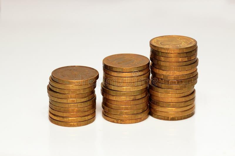 堆与铜现金硬币的高度 库存照片
