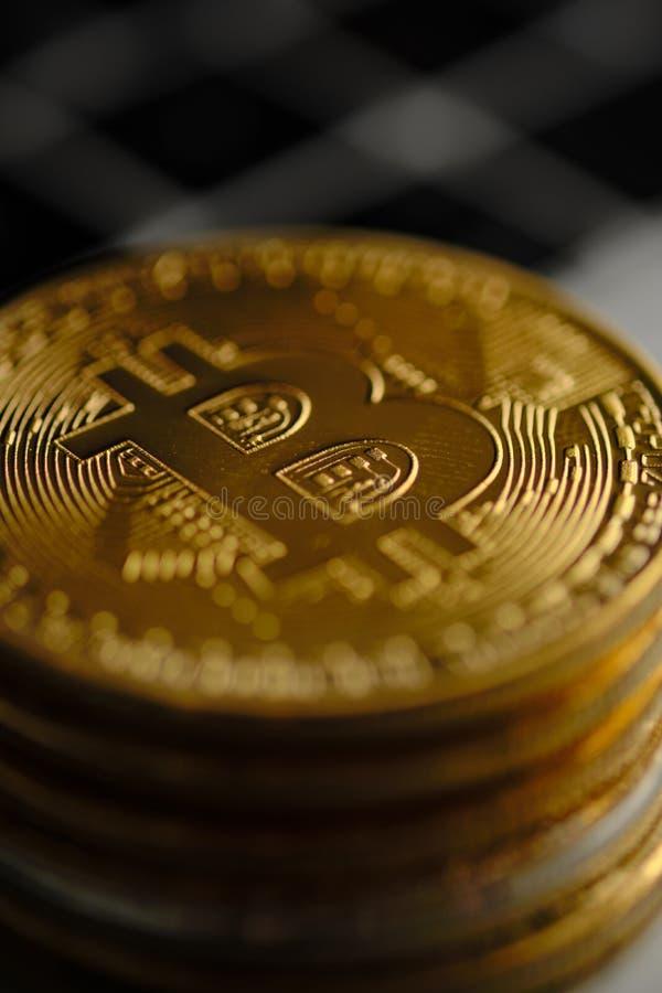 堆与面对照相机的一枚唯一硬币的bitcoins 库存照片