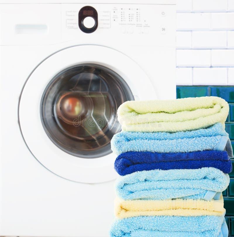 堆与洗衣机的清洁毛巾 图库摄影