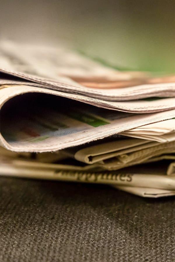 堆世俗人民报纸纸编辑新闻来源体育比赛生活说闲话背景设计 免版税库存照片