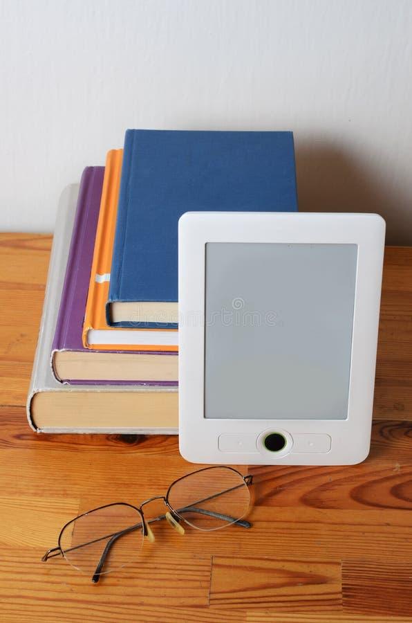 堆书和ebook读者 免版税库存照片