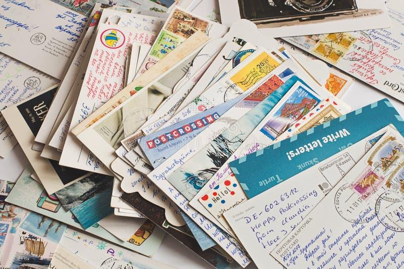 堆书面明信片 免版税库存照片