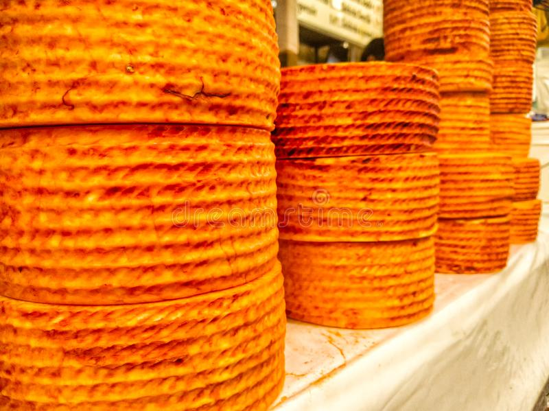 堆乳酪Queso de Cincho Cincho乳酪轮子truckles在市场上 伊瓜拉德拉独立镇,格雷罗州 库存图片