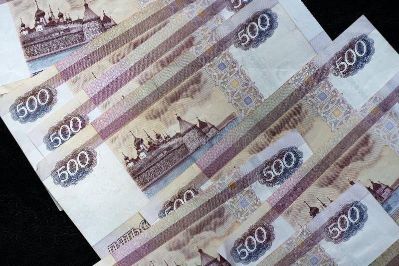堆五百卢布俄国钞票在黑暗的背景的 图库摄影
