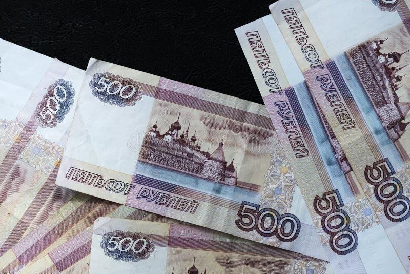 堆五百卢布俄国钞票在黑暗的背景的 库存照片
