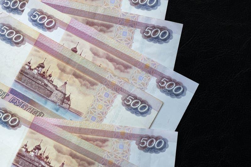 堆五百卢布俄国钞票在黑暗的背景的 免版税库存图片