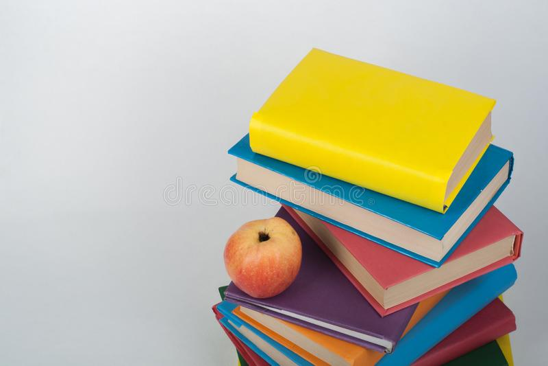 堆五颜六色的真正的书,在白色背景,部份看法的苹果 回到学校,拷贝空间 ?? 免版税库存照片