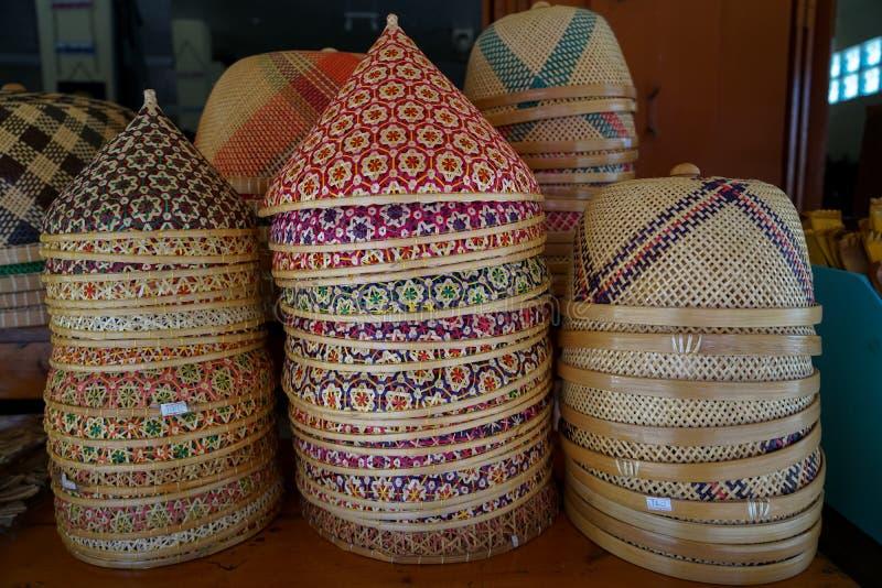 堆五颜六色的防止食物的锥体形状和圆形泰国工艺品被编织的竹菜罩昆虫例如飞行 免版税库存图片
