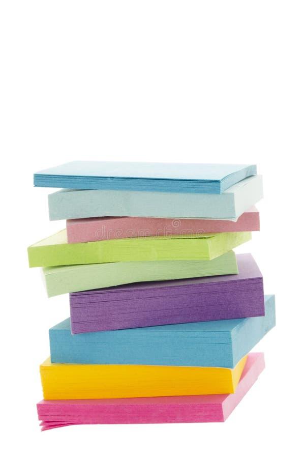 堆五颜六色的黏着性纸张 免版税库存图片