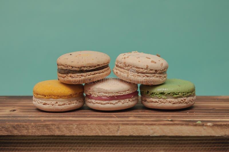 堆五颜六色的macarons加起象在蓝色turquo的一个塔 免版税库存照片