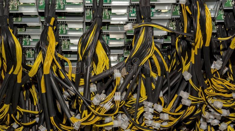 堆从电源单位Bitcoin个人计算机主板力量的电缆 库存照片