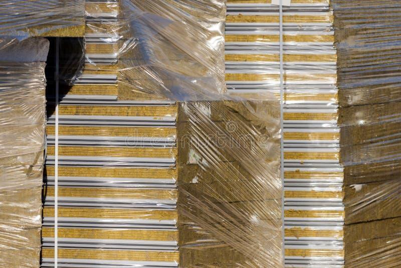 堆从金属外形和热量隔离被保护的材料修造的温暖和合理的现代夹心板块 免版税库存照片
