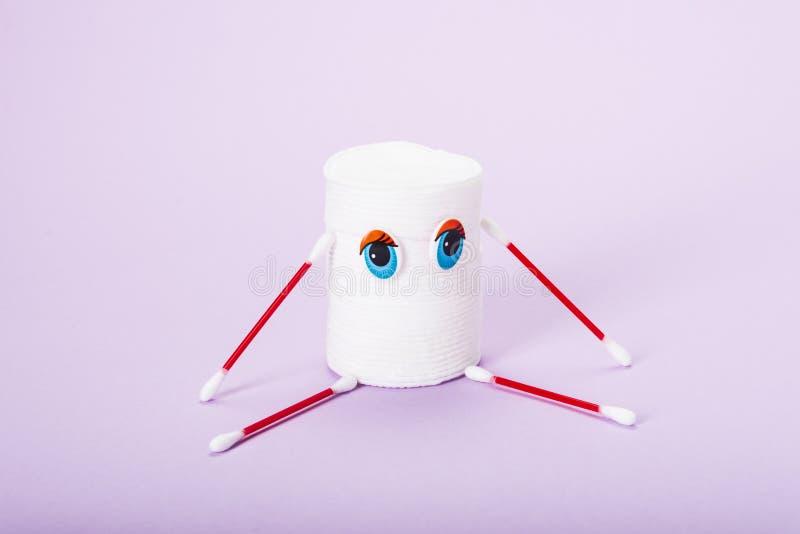 堆以一个小人的形式化妆盘有眼睛的和胳膊和腿以棉花芽的形式 免版税库存图片