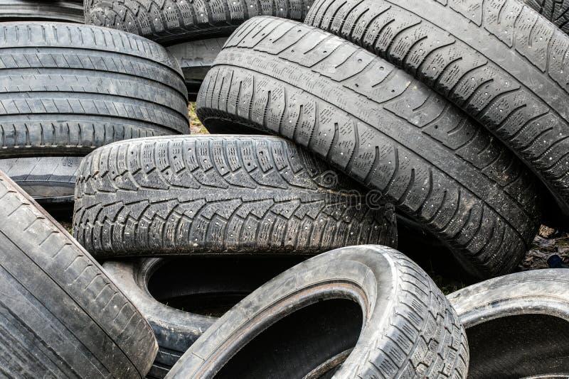 堆使用的汽车轮胎在废品旧货栈 免版税图库摄影