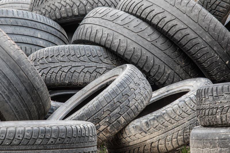 堆使用的汽车轮胎在废品旧货栈 免版税库存图片