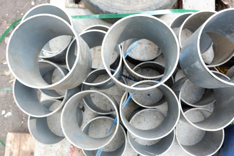 堆便壶罐头,塑料管子,桶和垃圾片断,使用了容器化工业材料 免版税库存图片