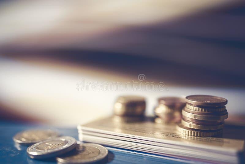 堆信用卡和欧洲硬币 免版税库存图片