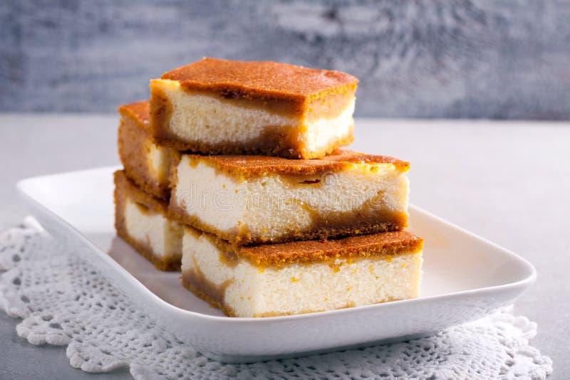 堆南瓜乳酪蛋糕酒吧 免版税库存照片