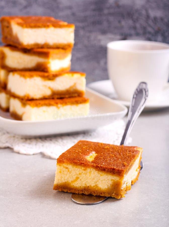 堆南瓜乳酪蛋糕酒吧 免版税库存图片