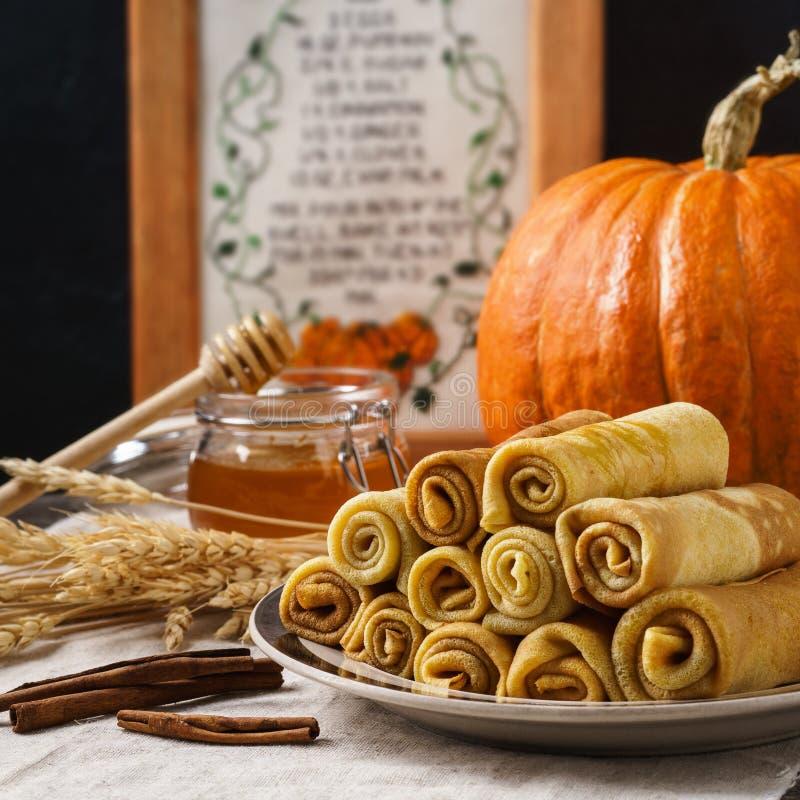 堆南瓜绉纱用蜂蜜和桂香在桌上 免版税库存图片