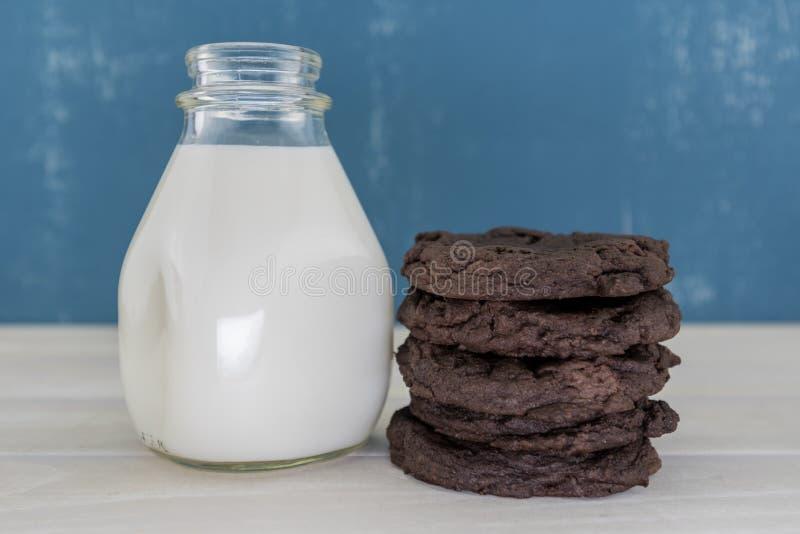 堆双重巧克力曲奇饼用白色牛奶 库存照片