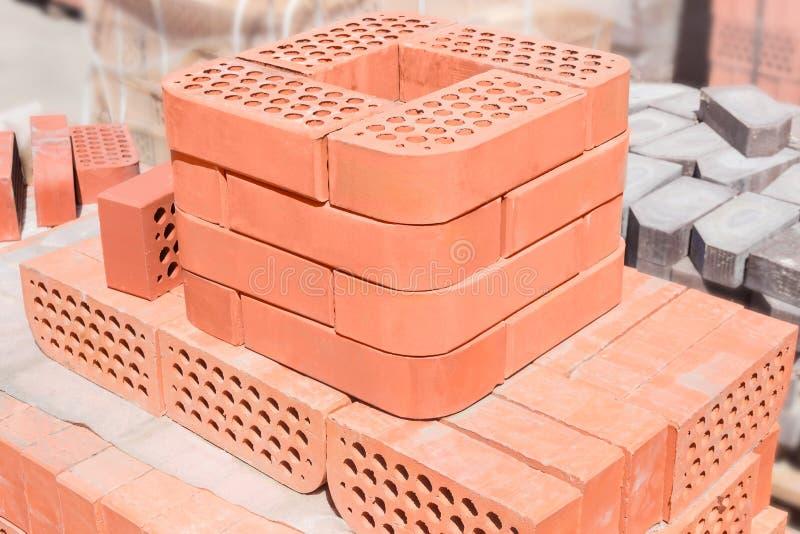 堆反对另一块砖的红色装饰面砖 库存图片