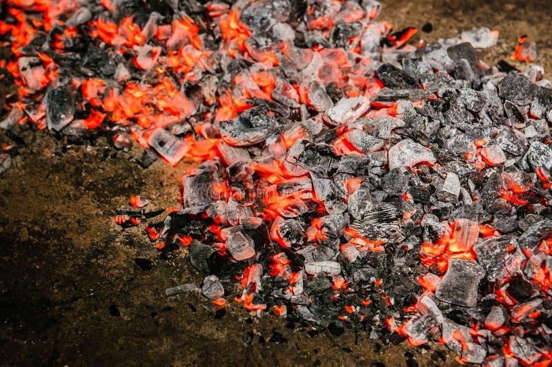 堆发光的煤炭对角在晚上 库存照片