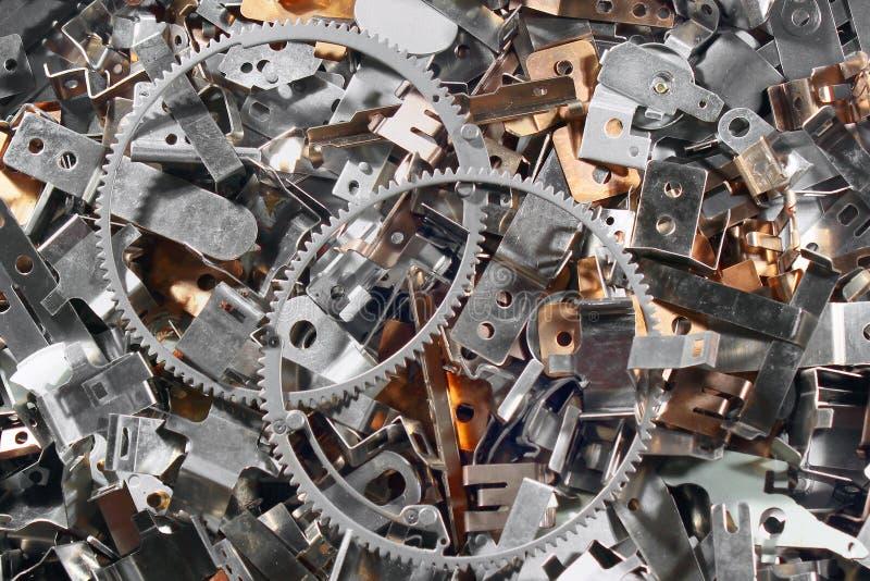 堆发光的金属零件 作为抽象工业背景的小块钢细节 免版税图库摄影