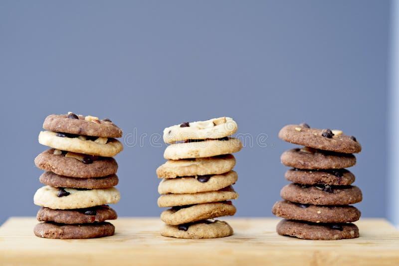 堆可口巧克力曲奇饼,鲜美自创曲奇饼三行  免版税库存图片