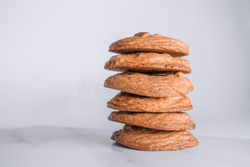 堆可口金黄棕色谄媚曲奇饼 免版税库存照片