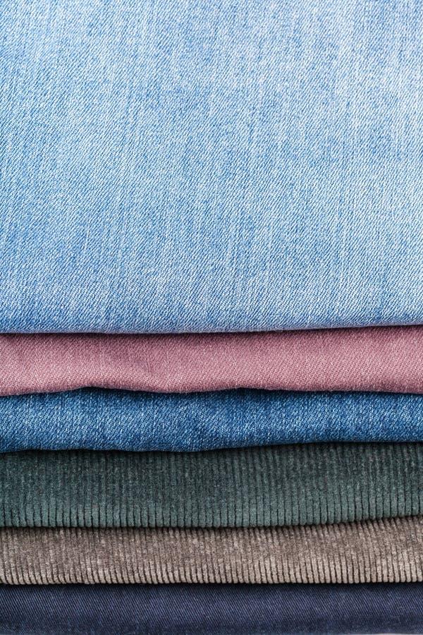 堆各种各样的牛仔裤关闭  库存照片