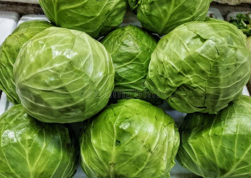 堆圆白菜在菜市场上 免版税图库摄影