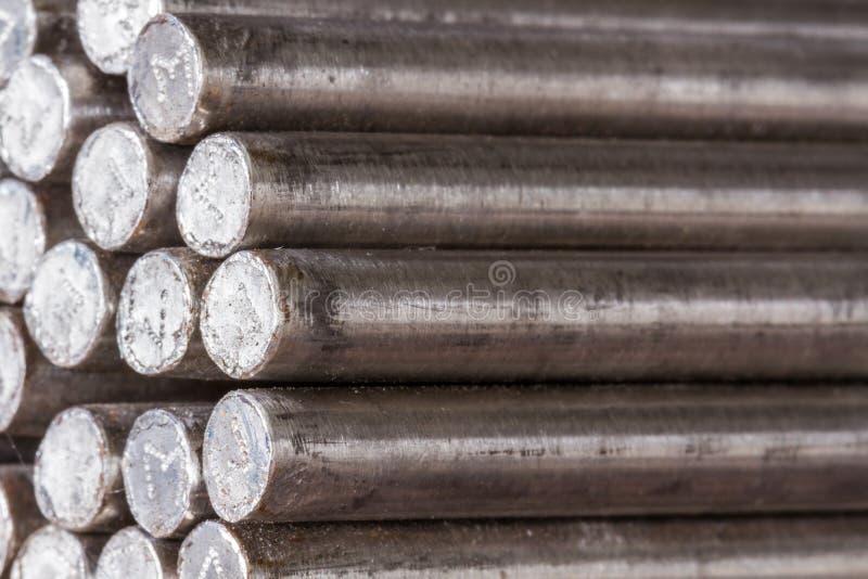 堆圆的铁棍-电烙金属物质的铁路线 免版税库存图片