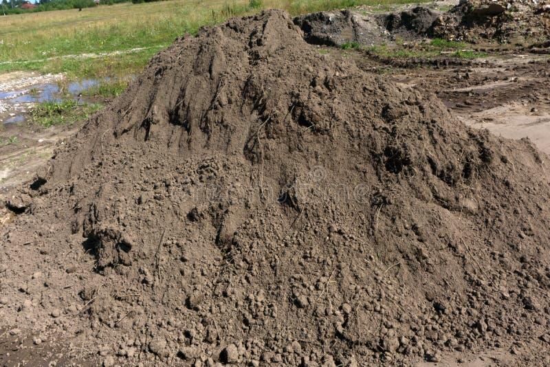 堆土壤或土在白色背景 免版税图库摄影