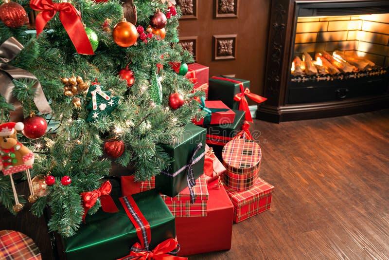 堆圣诞节礼物特写镜头在圣诞树下 绿色存在红色 免版税图库摄影