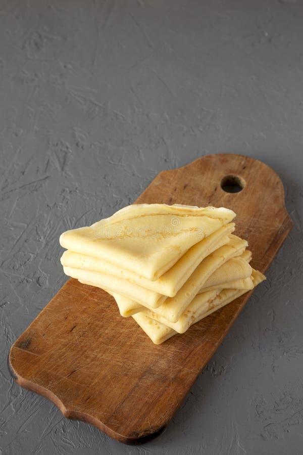 堆在一个土气木板的鲜美俄式薄煎饼在凝结面,侧视图 r 库存图片