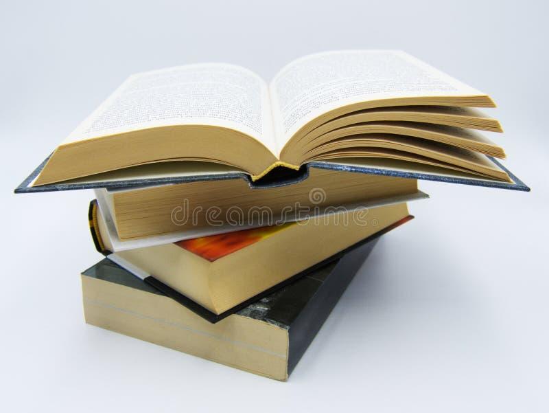 堆在一张桌上的书在白色背景中 免版税库存图片