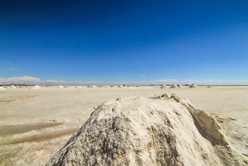 堆在乌尤尼盐沼,玻利维亚的盐 免版税库存图片