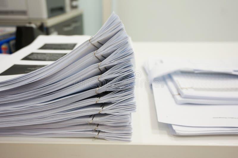 堆在书桌上的纸 免版税库存图片