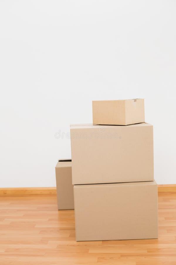 堆在地板上的纸板箱 免版税库存照片
