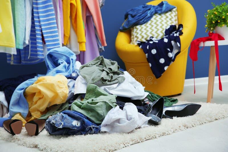 堆在地板上的衣裳 免版税图库摄影