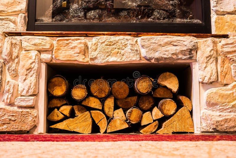 堆在壁炉下的小日志 库存图片