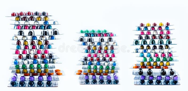 堆在天线罩包装的抗菌胶囊药片 配药市场 抗菌药抵抗 工业制药 免版税库存图片