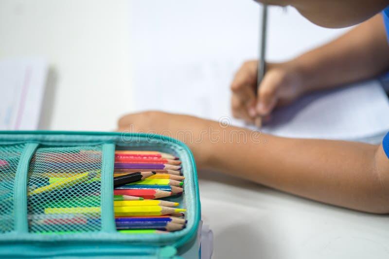 堆在学生的制图桌上的蜡笔 免版税图库摄影