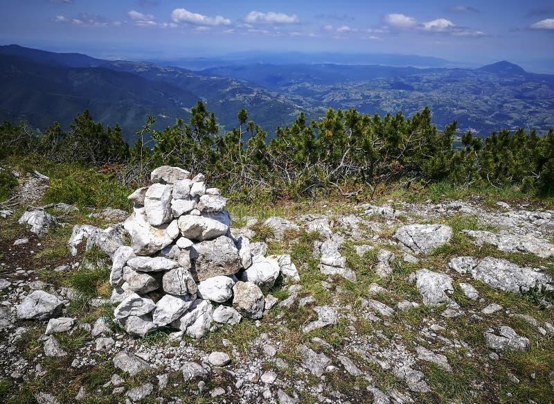 堆在山行迹在喀尔巴阡山脉,罗马尼亚的岩石 免版税库存照片