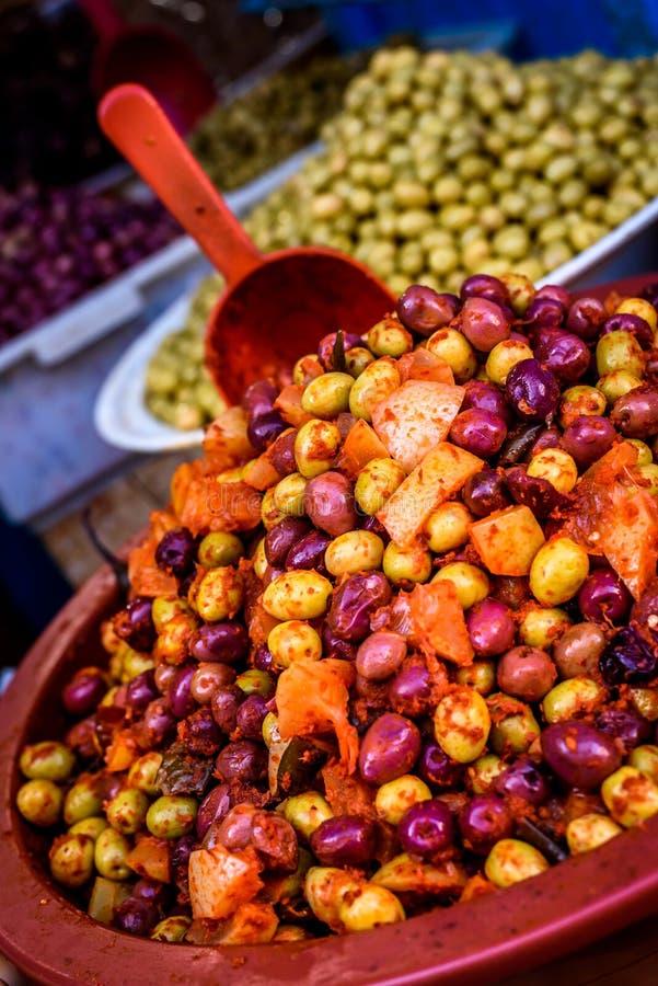 堆在市场上的橄榄在麦地那,摩洛哥 图库摄影