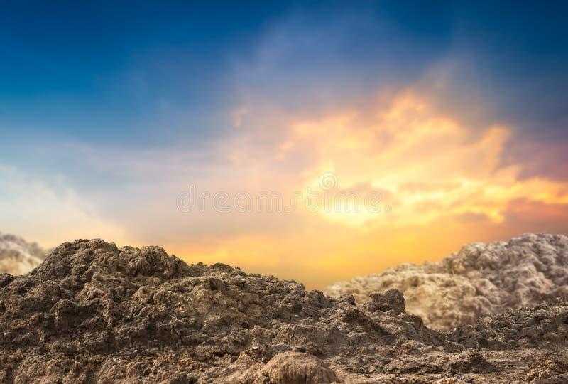 堆在日落的土壤 免版税库存图片