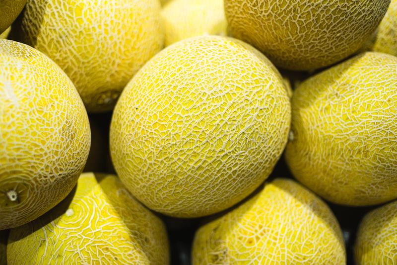 堆在显示的哈蜜瓜 免版税库存图片